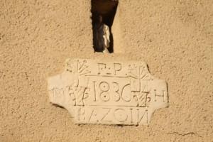 Nuillé-sur-Vicoin, Rue d'Anjou :  date, nom et initiales.