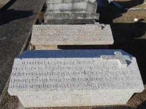 Champéon, cimetière ; éclairage naturel sur granite, mais parfois lumière rasante.