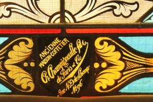 Ahuillé : nom du maître verrier sur un seul vitrail de la série.